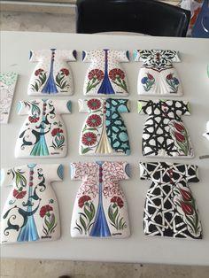 Caftan set with different figures Nz Art, Turkish Art, Pottery Designs, Tile Art, Ceramic Painting, Tile Patterns, Islamic Art, Bohemian Decor, Ceramic Pottery