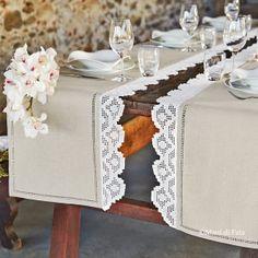 Misto lino greggio e schema su carta a quadretti per realizzare due runner da tavola con bordi ad uncinetto filet.