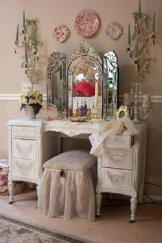 Old Hollywood Vanity Mirror With Lighted Interior Sweet Bedroom Furniture Decoration Pink Plate Wall Including White Wood Dressing Table Vintage Impressive Lig Shabby Chic Vintage, Bedroom Vintage, Shabby Chic Homes, Shabby Chic Decor, Vintage Decor, Vintage Vanity, Antique Bedrooms, Antique Vanity, Modern Bedrooms