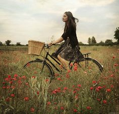 Bike riding is an example of automaticity. When riding a bike, you do not have to give it much thought if you already know how to ride one. Retro Stil, Cycle Chic, Bicycle Girl, Bike Style, Vintage Bikes, Retro Bikes, Mori Girl, Tricycle, Poppies