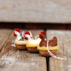 Huhn in einer Walnuss weiße Leghorn Nadel von BossysFeltworks
