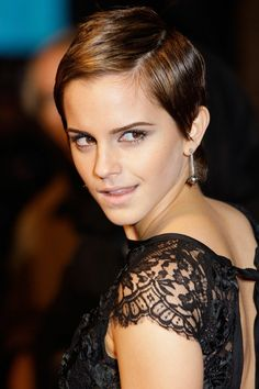 From Hermione's frizzy mane to that stunning post-Potter pixie crop: Emma Watson is a hair hero. See all her hair and beauty looks. Pixie Bob Hairstyles, Pixie Haircut, Celebrity Hairstyles, Hairstyles Haircuts, Emma Watson Pixie, Emma Watson Short Hair, Look Rock, Emma Watson Estilo, Emma Watson Outfits