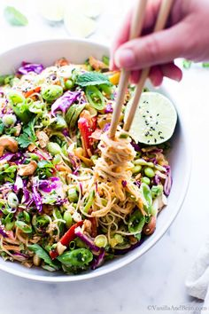 Thai Peanut Salad Dressing, Peanut Salad Dressings, Ensalada Thai, Thai Noodle Salad, Thai Pasta, Rice Noodle Salads, Rice Salad Recipes, Gastronomia, Vegetarian