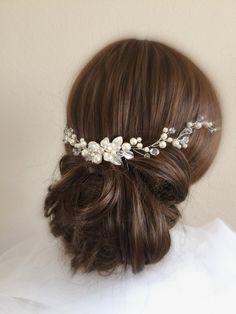 Novia pelo vid con Swarovski perla flores por WeddingCoutureByJane