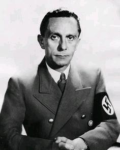 Joseph Goebbels, minister propagandy III Rzeszy. Fotografia portretowa wykonana z okazji 45 rocznicy urodzin, źródło: Narodowe Archiwum Cyfrowe, Autor: Sandau Ernst, Berlin, Sygnatura: 2-12217.