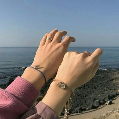 My hands looks better when it is close to your hands. Couple Ulzzang, Ulzzang Girl, Cute Relationship Goals, Cute Relationships, Cute Couples Goals, Couple Goals, Cover Wattpad, Couple Hands, Applis Photo