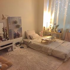 How to Create the Minimalist Dorm Room of Your Dreams - College Fashionista - - Transforming a tiny dorm room into a home is not an easy task. Keep reading to learn how you can create a clean, yet cozy, minimalist dorm room of your own. Room Interior, Interior Design Living Room, Apartment Interior, Minimalist Dorm, Minimalist Style, Aesthetic Room Decor, Cozy Room, Dream Rooms, Home Decor Bedroom