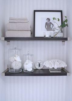 Hyllor på gästtoan Toilet Room, Green Life, Feng Shui, Entryway Bench, Floating Shelves, Table, House, Furniture, Home Decor