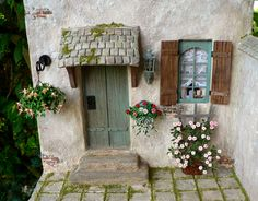 Complete planted court in teamwork with Karin Caspar,who made the building - Norm Erdi Vitrine Miniature, Miniature Rooms, Miniature Houses, Miniture Things, Fairy Houses, Little Houses, Dollhouse Furniture, Garden Inspiration, Home Crafts