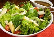 Experimente esta salada com molho de mostarda e mel, receita da Tirolez Queijos, que rende 6 porções