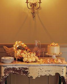 Vintage Tisch aus Holz mit abgeblätterter Farbe-Dekoration mit Zierkürbissen-Erntedank