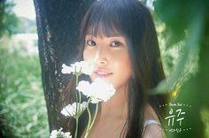 Nome de palco: Yuju Hangul: 유주 Posição: Vocalista principal Data de nascimento: 04 de outubro de 1997 Nacionalidade: sul-coreana Altura: 1,69 Tipo sanguíneo: B Signo: Libra Talento: Cantar Hobbies: escrever letras de música, compor, tocar violão
