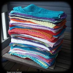 Det er sommer og sol - og kjøkkenkluter strikkes i aller regnbuens farger. Det går i sterke farger og varierende mønstre.Hvorfor er det så populært å strikke kluter? Crochet Kitchen, Knitwear, Knit Crochet, Towel, Blanket, Knitting, Lily, Threading, Tricot