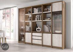 En un espacio adjunto se presenta una gran y completa estantería con estantes, cajones, puertas y vitrinas. Este conjunto es ideal para guardar objetos que queremos esconder y objetos que queremos tener a vistas, como objetos de decoración o libros.
