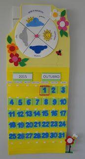 Calendário + Tabela do Tempo em EVA. Esta tabela do tempo é um disco que gira e as crianças podem escolher qual desenho melhor representa o dia. Logo abaixo temos as placas avulsas com ano e meses. Depois vem a linha que identifica os dias da semana. Os números também estão em placas avulsas, para que se possa atualizar o calendário mensalmente e acompanha um anel vermelho que é preso através de velcro, para identificar o dia que estamos.