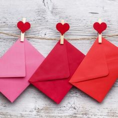 Envelopes hanging on a clothesline with wood background Envelope Design Template, Envelope Template Printable, Small Envelopes, Card Envelopes, Note Cards, Thank You Cards, Wedding Planer, Christmas Invitations