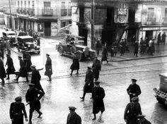 SEGUNDA REPUBLICA ESPAÑOLA.- MADRID, AÑO 1936.- GUARDIAS DE ASALTO PATRULLAN LAS CALLES DEL PUENTE DE VALLECAS DURANTE UNOS DISTURBIOS. EFE.