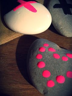 Great idea and super cheap. Paint designs on pretty pebbles Fun Diy Crafts, Rock Crafts, Craft Stick Crafts, Fall Crafts, Crafts To Make, Arts And Crafts, Craft Ideas, Crafty Projects, Fun Projects