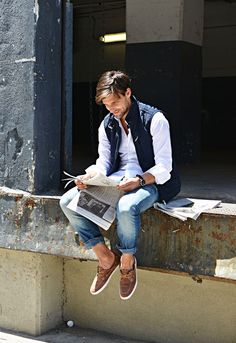 Try pairing a navy blue quilted gilet with blue jeans for a Sunday lunch with friends. Brown suede boat shoes are a smart choice to complete the look. Vest Outfits, Casual Outfits, Men Casual, Boat Shoes Outfit, Chaleco Casual, Brown Boat Shoes, Look Man, Herren Outfit, Outfit Trends
