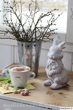 pääsiäinen,pääsiäiskoriste,pajunkissat,pääsiäismuna,pääsiäiskattaus