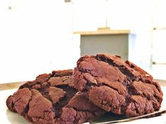 ΥΛΙΚΑ 200 γραμμάρια σοκολάτα κουβερτούρα σε μικρά κομματάκια 7 κουταλιές της σούπας βούτυρο ανάλατο 1/2 φλ. τσαγιού ζάχαρη 3 αυγά 1 βανίλια 1 3/4 φλ. τσαγιού αλεύρι για όλες τις χρήσεις 1/4 φλ. τσαγιού κακάο σκόνη 1/2 κουταλάκι του γλυκού μπέικιν πάουντερ μία πρέζα αλάτι 1 1/2 φλ. τσαγιού ζάχαρη άχνη για πασπάλισμα προαιρετικά ΕΚΤΕΛΕΣΗ …