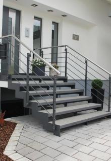 Außentreppe in Stahl und Stein