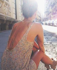 Vestido de lentejuelas con espalda escotada