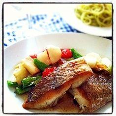 「鯛のポワレ レモンバターソース」フライパンでオイルを回しかけながら焼いていく「アロゼ」という手法を使います。皮はパリッと、身はふわっと仕上がります。ソースはレモンでさっぱりと。【楽天レシピ】