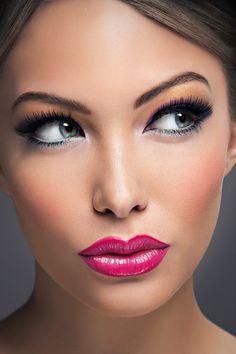 Make Up shinny pink lips blue eyes gold Du 31