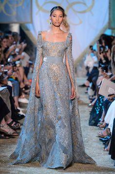 Elie Saab se inspira em realeza medieval para couture de inverno 2018 - Vogue | Desfiles