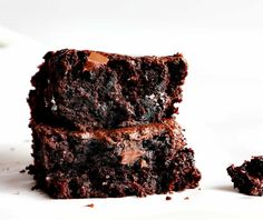 Unbelievably moist with rich taste are these Zucchini brownies! These healthy zucchini brownies for dessert are the perfect sweet treat for the summer. Make this easy zucchini brownie with chocolate chunks! Homemade Brownies, Best Brownies, Fudgy Brownies, Chocolate Morsels, Decadent Chocolate, Chocolate Lovers, Chocolate Desserts, Chocolate Chips, 21 Day Fix