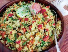 Cand vrei sa pregatesti o masa rapida, gustoasa si sanatoasa, nu ezita sa incerci aceasta salata de quinoa. Este ideala daca tii cura de slabire, daca te hranesti sanatos si daca esti o persoana ocupata, mereu pe fuga. Pasta Salad, Cobb Salad, Quinoa, Fried Rice, Food And Drink, Gluten, Cooking Recipes, Ethnic Recipes, Diet