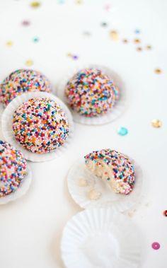 Bakes: Lemon Sprinkle Sandies and a Giveaway!Sprinkle Bakes: Lemon Sprinkle Sandies and a Giveaway! Sprinkle Cookies, Sprinkle Party, Just Desserts, Delicious Desserts, Dessert Healthy, Cake Pops, Sprinkles, Yummy Treats, Sweet Treats