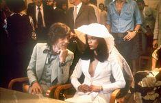 """Mick e Bianca Jagger, 1971. La coppia mito è in attesa della figlia Jade ma Bianca riesce comunque a strizzarsi nella giacca smoking di Yves Saint Laurent. Il matrimonio, tempestoso, finisce 7 anni dopo quando Bianca sorprende Mick con la modella Jerry Hall che poi diventerà sua moglie. Bianca ha dichiarato: """"Il nostro matrimonio è finito il giorno delle nozze"""""""