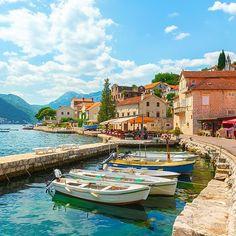 Perast Montenegro. Een schattig oud dorpje in de baai van Kotor. Het dorp telt slechts 349 inwoners! #perast #kotor #montenegro #bokakotorska #montenegro #bokabay #montenegrowildbeauty #visitmontenegro #svetistefan #tivat #adriaticsea #pejzaz #montenegrophoto #reizen #zomer #weekendjeweg #zomervakantie #genieten #stedentrip #ontdekken #voorjaarsvakantie #prachtig #dutch #travel #vakantiemontenegro #vakantie Montenegro, Camping, Instagram Posts, Travel, Campsite, Voyage, Trips, Traveling, Destinations