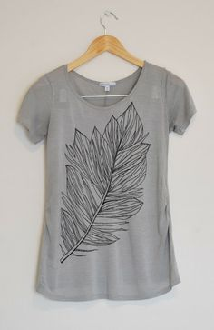 Merrick's Art // Style + Sewing for the Everyday Girl: Feather Tee (Tutorial) Unique design! Fabric Pen, Fabric Markers, T Shirt Painting, Fabric Painting, T Shirt Tutorial, Diy Tutorial, Merricks Art, Old T Shirts, Joann Fabrics