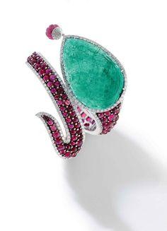 Michele della Valle, Bracelet en émeraudes, rubis et diamants comportant une émeraude taillée en forme de goutte, et serti de rubis taille cabochon entourés de diamants