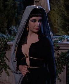 After Julius death Cleopatra is ready to go back to Egypt http://mariaefmilliner.com/cleopatra-a-review-of-the-35-dresses-she-wears-on-the-movie/
