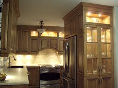 armoires en merisier massif  avec comptoir de stratifié ceinturé de corian  Designer: Karine Poitras