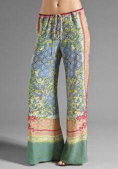 Los pantalones anchos o palazzos estarán también muy de moda esta estación y mucho más con flower prints
