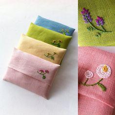 ちょこっと刺繍のポケットティッシュケースをつくってみました。リネン100%の生地です。ワークショップの中休み(o^^o)久々にチクチクできました。 #福岡#福岡市#北九州市#embroidery #handmade #handembroidery #needlework #ハンドメイド#手刺繍 #刺繍#ポケットティッシュケース#リネン#花