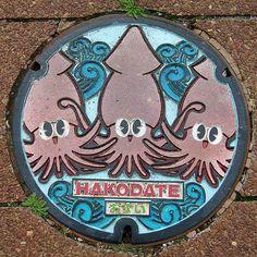 Au Japon les plaques qui recouvrent les bouches d'égouts sont souvent décorées et peintes avec des motifs représentant une…