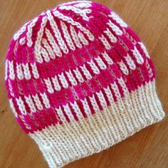 Taking Turns by Lesley Anne Robinson, knitted by behutsam | malabrigo Worsted in Fucsia and Natural