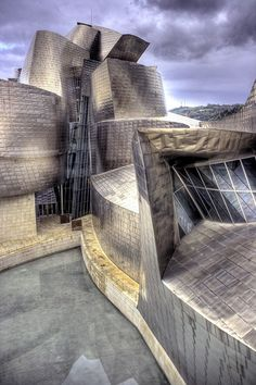 Bilbao Guggenheim Museum by Frank Gehry Futuristic Architecture, Contemporary Architecture, Amazing Architecture, Art And Architecture, Architecture Details, Frank Gehry, Zaha Hadid, Rem Koolhaas, Unique Buildings