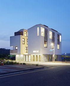 [BY 전원주택라이프] 영종도 상가주택의 건물 구조는 3가구가 각자의 중정 공간을 품고 있는 스킵플로어...