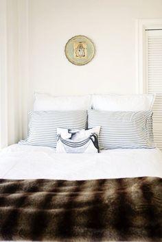 Décor clean. Veja: http://casadevalentina.com.br/blog/detalhes/inspiracao-do-dia-2916 #decor #decoracao #interior #design #casa #home #house #idea #ideia #detalhes #details #style #estilo #casadevalentina #bedroom #quarto #clean