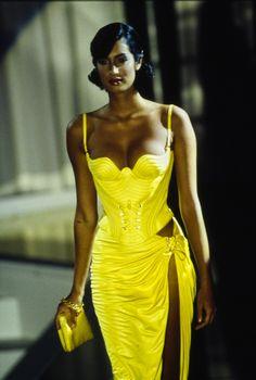 Versace Spring 1995 Prêt-à-porter Modenschau - Yasmeen Ghauri für Versace Spring 1995 Prêt-à-porter-Kollektion, Landebahn-Looks, Schönheit, Mo - 90s Fashion, Runway Fashion, High Fashion, Fashion Show, Vintage Fashion, Fashion Outfits, Fashion Design, Fashion Hair, Modest Fashion