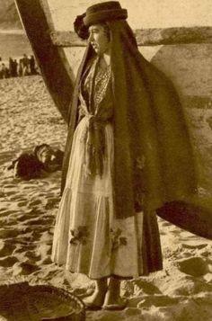 Trajes Tradicionais Portugueses | Página 7 de 8 | ncultura Isadora Duncan, History Of Portugal, Portuguese Culture, Lady Macbeth, Folk Clothing, Folk Costume, My Heritage, Photo Reference, Minho