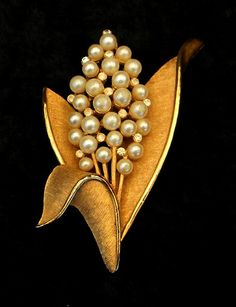 Vintage 1960s Crown Trifari Faux Pearl Crystal  Broch from the 1960s /40