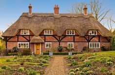 Cottage in the Hampshire village of Crawley by Anguskirk, via Flickr